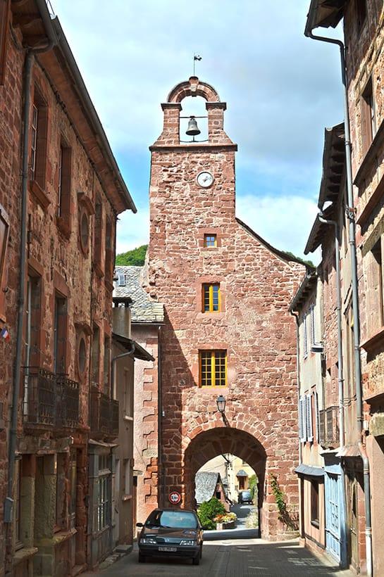 Porche de Villecomtal, village touristique de l'Aveyron